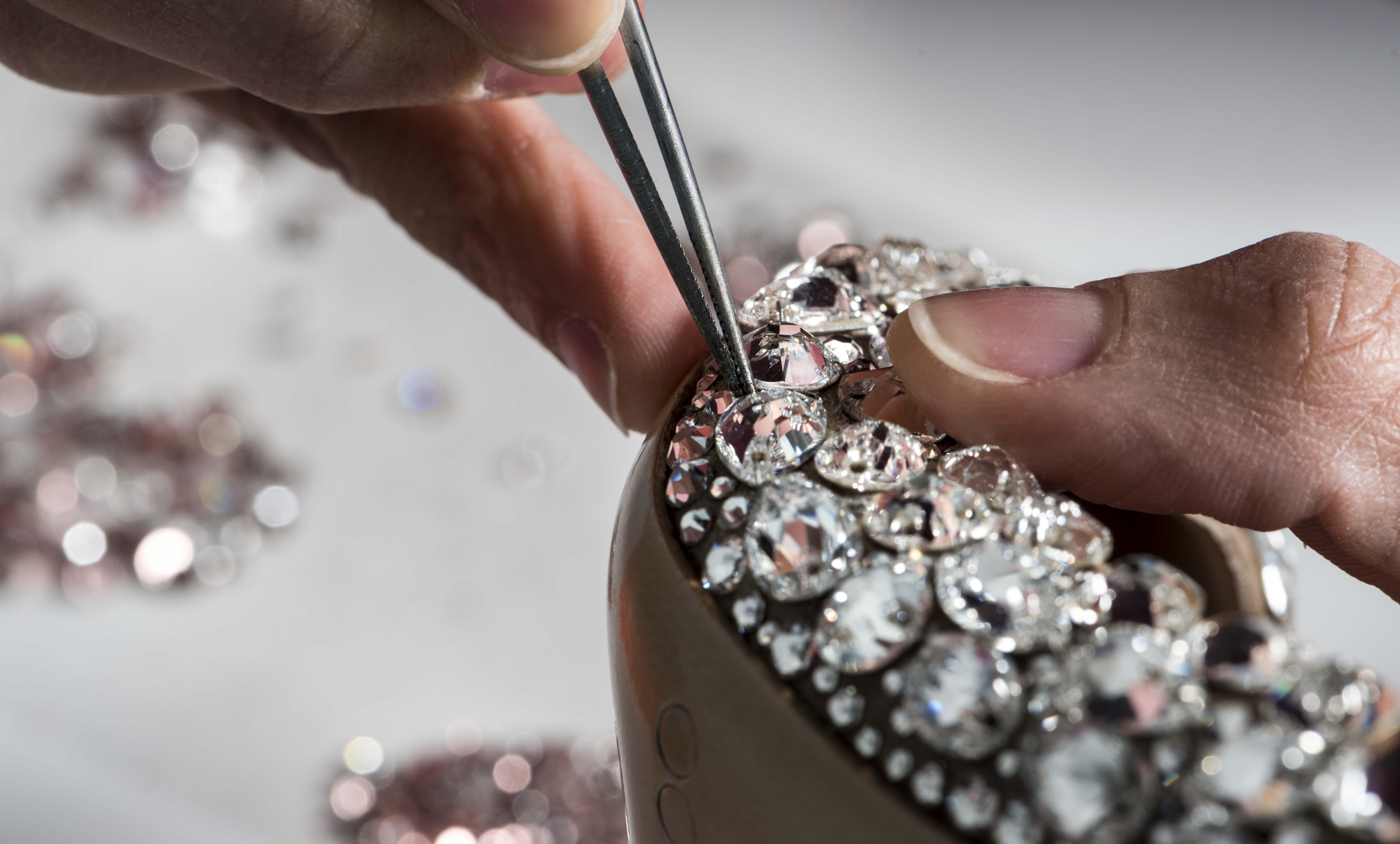 Immagine lavorazione artigianale a mano 1 | Goretti applicazione accessori moda